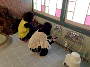 古民家旅館「喜多屋」お風呂場を物珍しさで激写中 金沢園内
